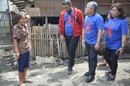 Tim Kompaq Kominfo bercengkrama langsung dengan para warga terdampak banjir