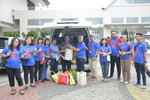 Tim Kompaq Kominfo berfoto bersama sebelum menyerahkan bantuan kepada warga terdampak banjir