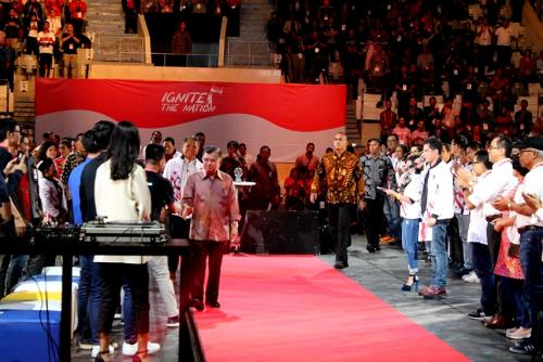 Wakil Presiden Jusuf Kalla meninggalkan venue acara dan menyalami para pembicara
